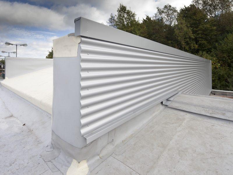 Flachdach und Fassade Werkstatthalle